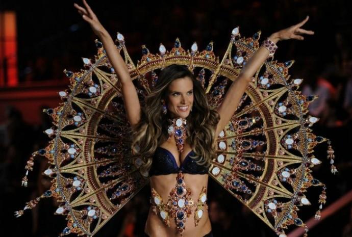 Alessandra desfila para a grife de lingerie Victoria's Secret (Foto: Divulgação)