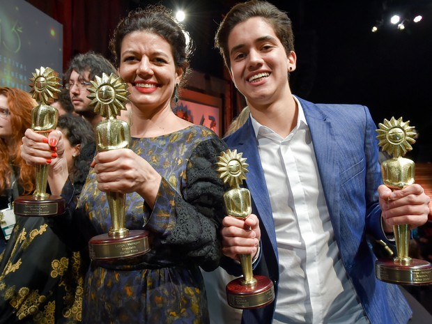 Elenco do filme Ausência levanta os kikitos conquistados em Gramado (Foto: Cleiton Thiele/Pressphoto)