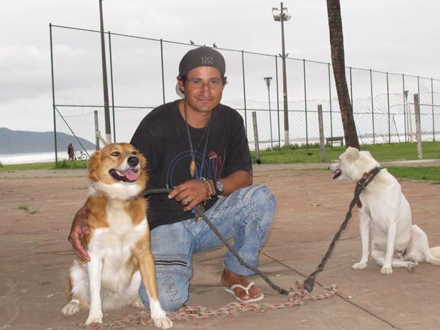 Marcelo, Gaspar e Leão moram na praia do Itararé, em São Vicente, há sete anos (Foto: Silvio Muniz/G1)