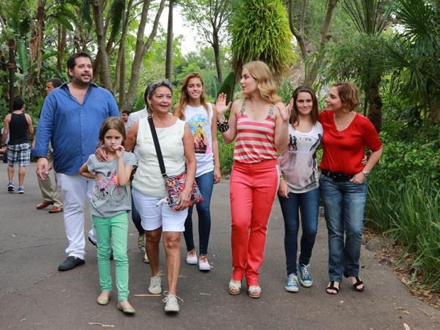 Encontro das famílias de Heloísa Périssé e de Leandro Hassum (Foto: Divulgação / Rede Globo)