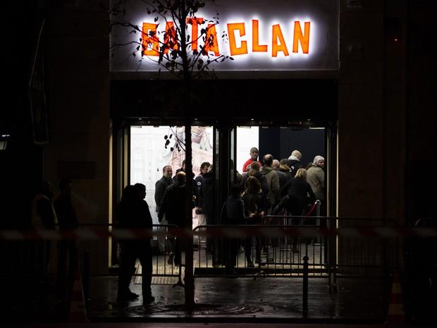 Público chega para show no Bataclan (Foto: AP)