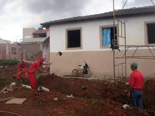 Detentos da Penitenciária de Três Corações trabalham na construção da réplica (Foto: Secretaria de Estado de Desenvolvimento Social)
