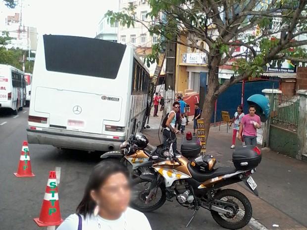 Ônibus com estudantes colidiu em poste em Campina Grande (Foto: Divulgação/Kelvin Liano)
