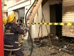 Bombeiros em incêndio na avenida sete, salvador (Foto: Reprodução/TVBA)