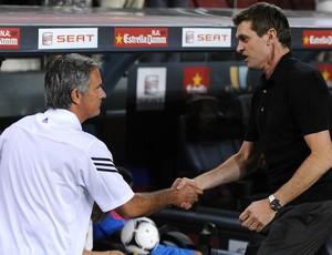 José Mourinho e Tito Vilanova se cumprimentam Real Madrid Barcelona (Foto: Getty Images)