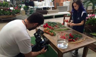 Florista dá dica para fazer buquê (Foto: RBS TV/Divulgação)