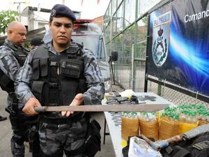 Polícia apreende drogas, rádios transmissores e coletes à prova de balas no Caju (Foto: Alexandre Durão/ G1)