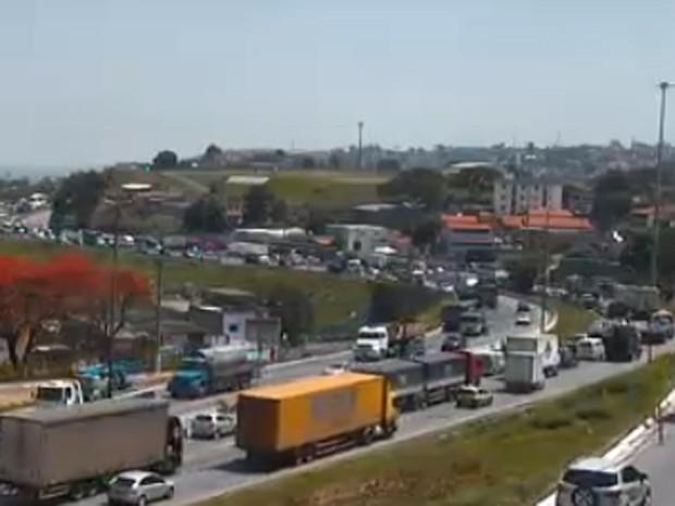 Congestionamento vai até a Praça São Vicente, no bairro padre Eustáquio (Foto: Reprodução / TV Globo)