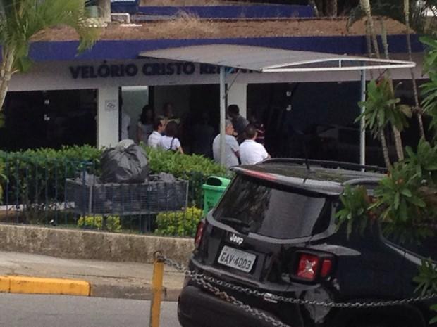 Policiais civis de Mogi das Cruzes vão à velório do investigador Valmir Barbosa, assassinado em Bertioga (Foto: Priscila Tovic/ TV Diário)