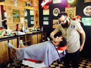 Barbearias oferecem bebidas e lanches aos clientes (Foto: Reprodução/Facebook Lucky-Friends)