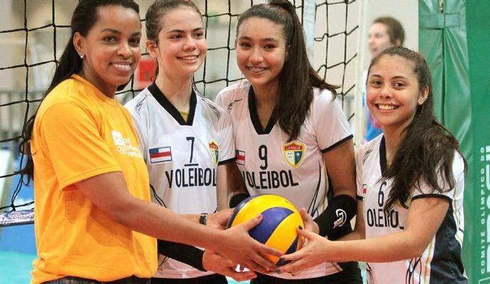 Fofão deu apoio às atletas durante jogo da segunda rodada dos Jogos Escoleres (Foto: Divulgação/COB)