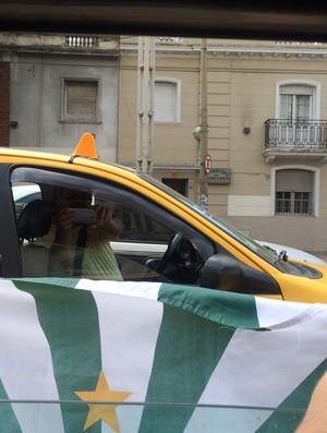 Bandeira Coritiba para fora do táxi em Córdoba