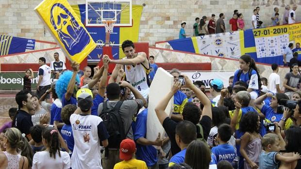 Dedé é levantado pela torcida do São José (Foto: Elaine Bento)