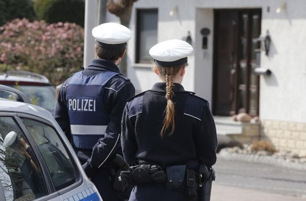 acidente avião França polícia casa copiloto Alemanha (Foto: Michael Probst/AP)