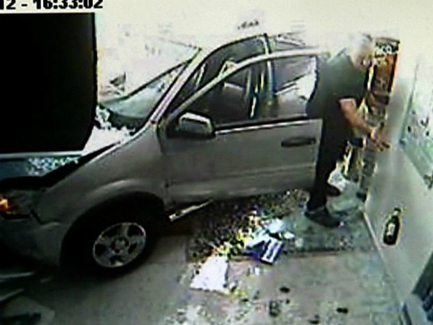 Câmera flagrou momento que médico joga fora uma garrafa de cerveja, após atropelar mãe e filha, no Espírito Santo (Foto: Reprodução/TV Gazeta)