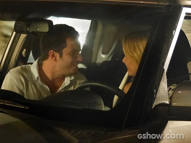 Felipe joga charme para Silvia e brinca com a doutora (Foto: Em Família/ TV Globo)