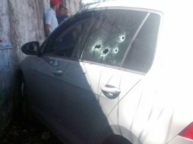 Carro de vereador ficou destruído após vítima ter sido fuzilada em Guarujá (Foto: G1)