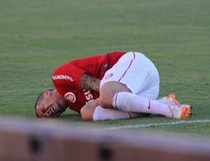 D'Alessandro sofreu falta dura de Riveros aos 17 min do segundo tempo e ficou sentindo no gramado (Foto: Diego Guichard/GloboEsporte.com)