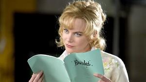 """Ator decadente tenta dar a volta por cima participando de uma versão cinematográfica da famosa série dos anos 60 """"A Feiticeira"""". Quando ele conhece Isabel Bigelow, fica impressionado com sua beleza e acredita que ela é perfeita para o papel de Samantha. O que ele não sabe é que a moça realmente é uma feiticeira."""