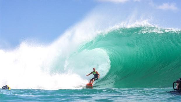 Sylvio pega um tubo no mar cor de esmeralda da Indonésia. (Foto: Acervo pessoal)