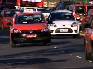 Lei obriga máquinas de cartão em táxis da capital gaúcha (Foto: Reprodução/RBS TV)