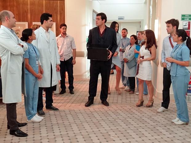 Marcos sai humilhado do hospital e funcionários comemoram (Foto: Gshow)