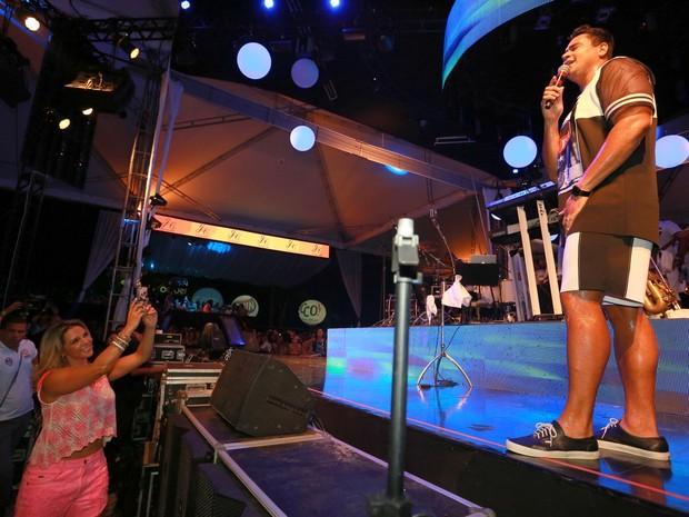 Carla Perez e Xanddy em show em Salvador, na Bahia (Foto: Ag. News)