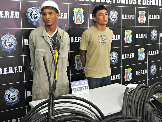 Eliomar Lima do Nascimento e Francisco de Assis do Nascimento foram presos em flagrante (Foto: Adneison Severiano/G1 AM)