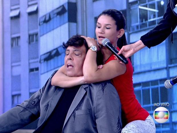 Monique Bastos mostra como imobilizou ladrão (Foto: Reprodução / Globo)