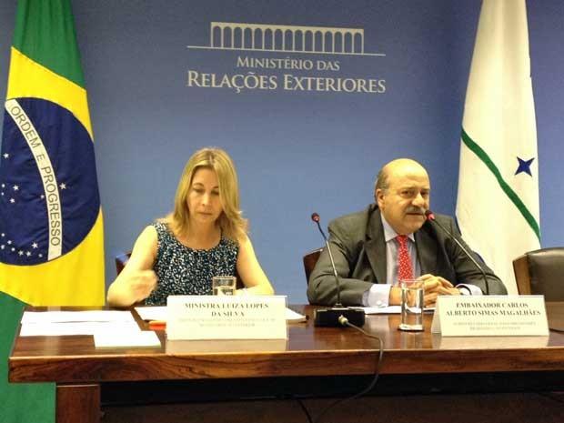 Luiza Lopes da Silva, diretora do departamento consular de brasileiros no exterior, e embaixador Carlos Alberto Magalhães em entrevista coletiva (Foto: Filipe Matoso / G1)