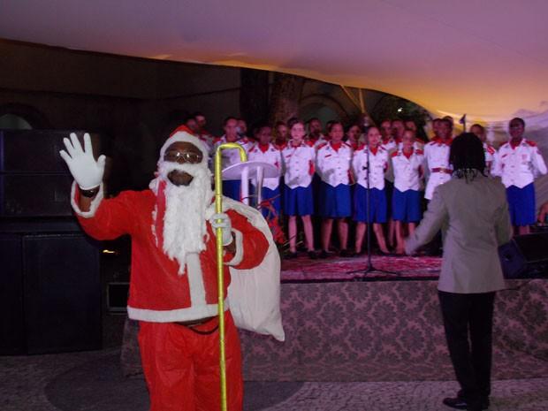 Jesuino vestido de Papai Noel na apresentação do coral das crianças da Casa Pia (Foto: Maiana Belo / G1 Bahia)
