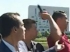 Cristiano Ronaldo se irrita com jornalista e atira microfone em lago