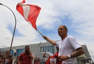 D'Alessandro é recebido pela torcida do Inter (Foto: Eduardo Deconto/GloboEsporte.com)