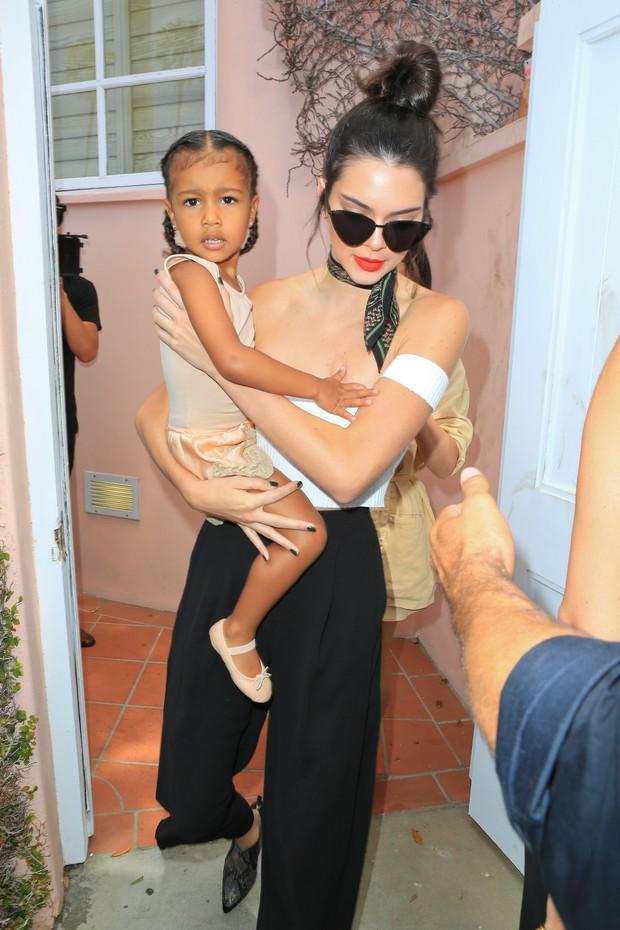 X17 - Kendall Jenner com North West em San Diego, na Califórinia, nos Estados Unidos (Foto: X17online/ Agência)