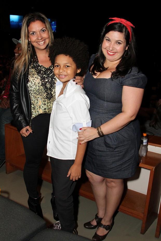 Ator mirim JP Rufino posa com a mãe e a atriz Mariana Xavier (Foto: Anderson Borde/Agnews)