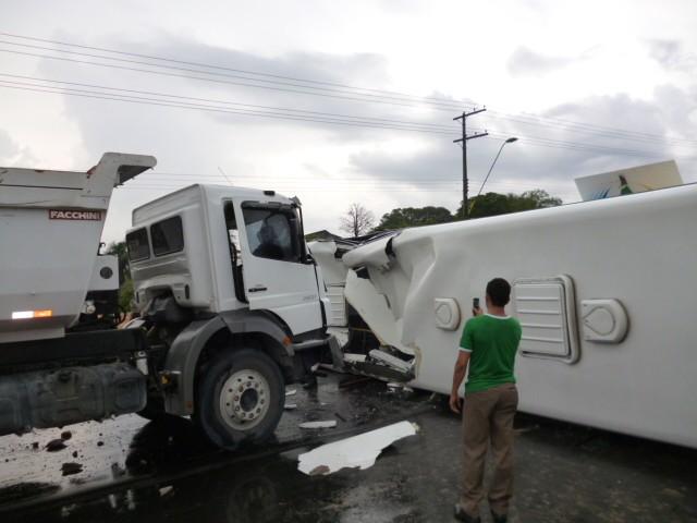 Acidente ocorreu na Avenida Torquato Tapajós, sentido centro/bairro (Foto: Ernam Sevalho/TV Amazonas)
