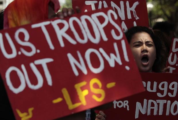 Manifestantes protestam contra a visita de Obama às Filipinas; viagem foi cancelada por crise orçamentária nos EUA (Foto: Aaron Favila/AP)