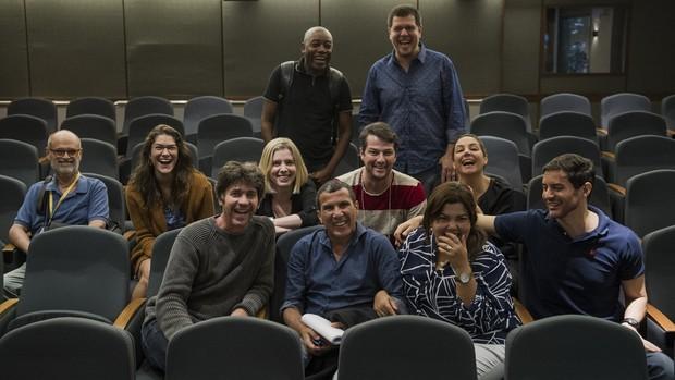Elenco do 'Tomara Que Caia' se reúne com diretores (Foto: Caiuá Franco/TV Globo)
