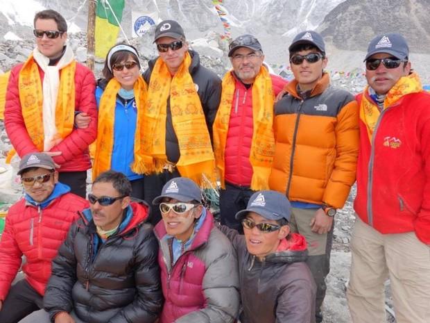 Sherpas que morreram são os 2 do centro abaixo e o segundo da direita para esquerda. (Foto: Rosier Alexandre/Arquivo Pessoal)