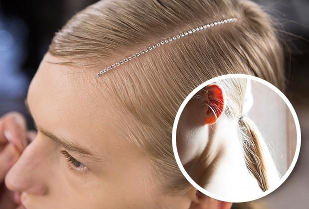 Na apresentação de Dries Van Noten, as modelos ganharam uma tira de cristais no couro cabeludo (Foto: Imaxtree)