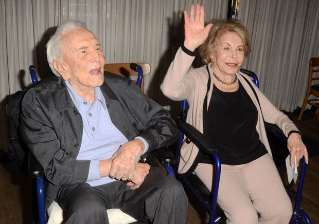 Kirk Douglas ao lado da mulher, Anne Douglas (Foto: AKM-GSI)