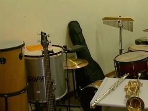 Interessados em estudar música podem usar instrumentos do Projeto Guri (Foto: Adriano Ferreira / EPTV)