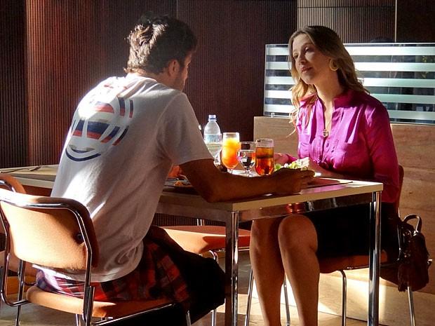 Zenon investe e ganha a simpatia de Vânia (Foto: Guerra dos Sexos / TV Globo)