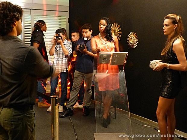 Edgar aproveita para tirar onda para cima de uma modelo famosa (Foto: Malhação / TV Globo)