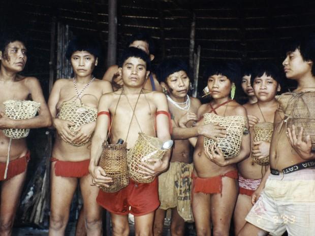 Índios seguram cinzas dos mortos na época do massacre, na década de 90 (Foto: Carlo Zacquini/Acervo do Instituto Socioambiental)