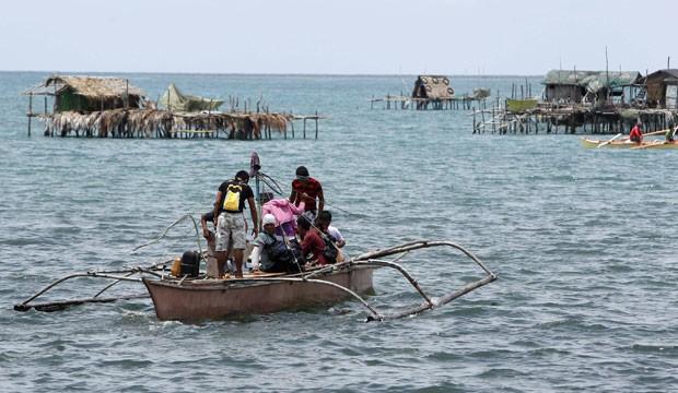 Filipinos voltam para casa neste sábado (1º) após alerta de tsunami gerado por terremoto nesta sexta-feira (31) (Foto: Erik De Castro/AFP)
