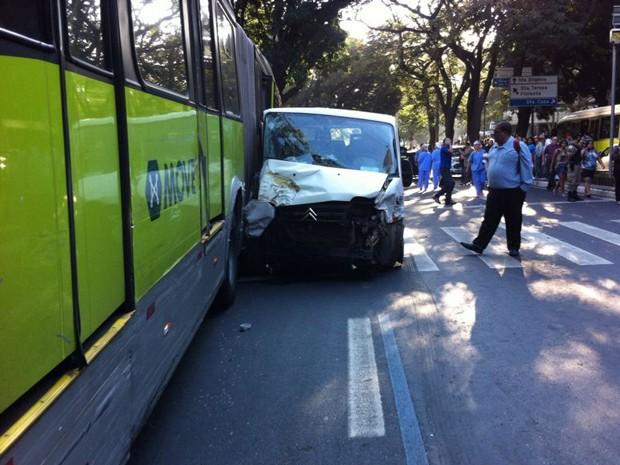 Ônibus do sistema Move bate em veículos (Foto: Ana Carolina Franco Santos / Arquivo pessoal)