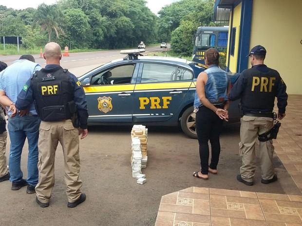 Droga apreendida em carro com placas do Paraguai onde viajavam três pessoas (Foto: PRF/Divulgação)