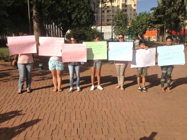 Grupo protesta por justiça e paz nas escolas em MS (Foto: Nadyenka Castro/G1 MS)
