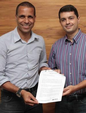 Prefeito Juninho e Gustavo Vieira, presidente eleito da Federação de Futebol (Foto: Divulgação/Prefeitura de Cariacica)